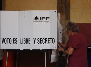 Ciudadana 3.edad votando