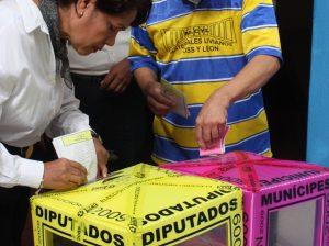 Ciuadadanos votando (tres)