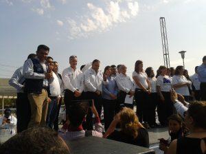 Jorge Vizcarra Mayorga saludando a los asistentes en su presentación en la Rueda de Prensa Metropolitana.