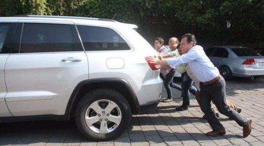 Pablo Lemus empujando camioneta