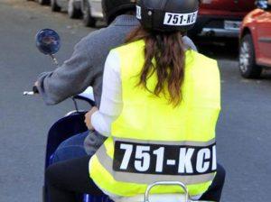Motociclista con chaleco con placa